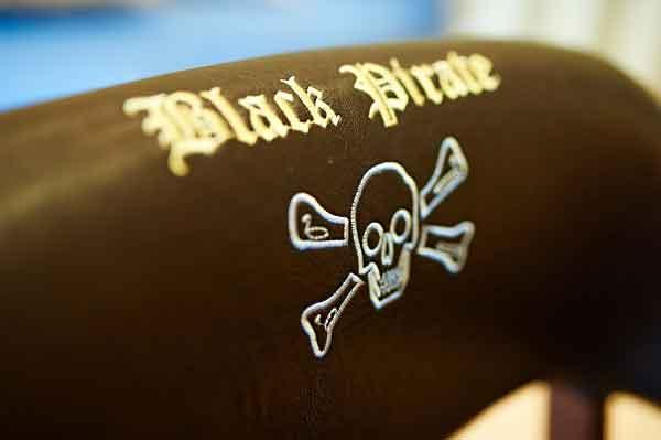 Вышитая надпись на пиратском стуле