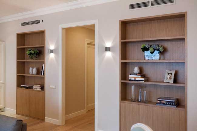Оформление шкафов в светлой гостиной