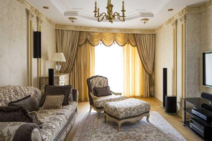 Кремово-золотистый интерьер гостиной от Дмитрия Ларина