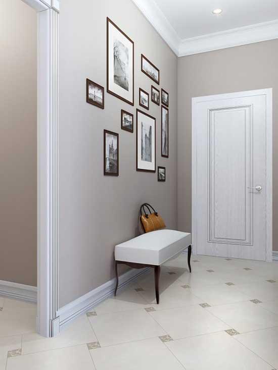 Интерьер маленького коридора, отделанный керамической плиткой