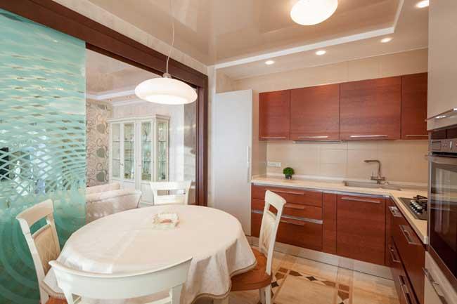 Дизайн большой кухни. Фасады света дуба. Керамическая плитка на полу