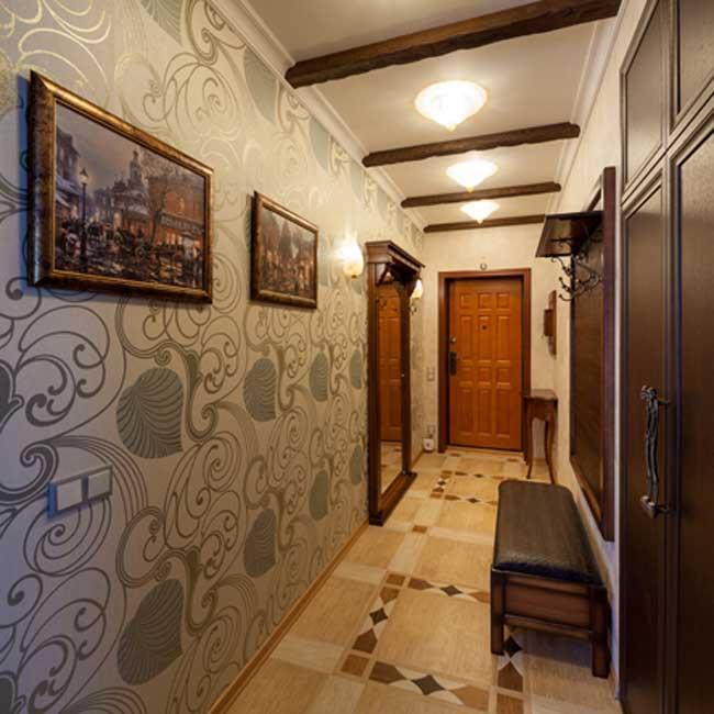 Дизайн обоев в коридоре. Шелкография с рисунком листьев. Большое зеркало