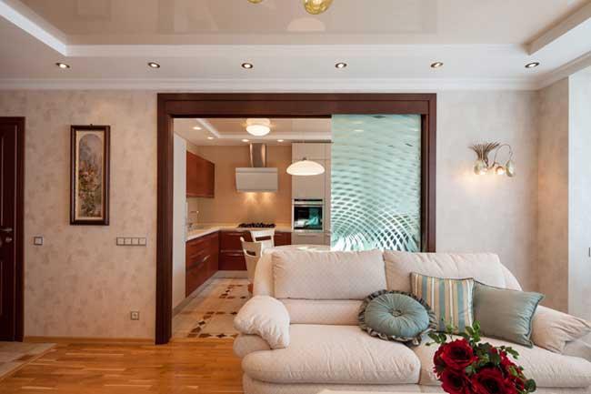Белый диван в гостиной в классическом стиле в светлых тонах