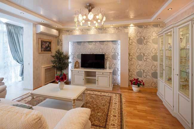 Дизайн освещения гостиной. Большой ковер в центре гостиной. Дизайн штор