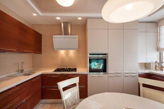 Дизайн кухни в двухкомнатной квартире. Встроенная мебель. Современные технологии