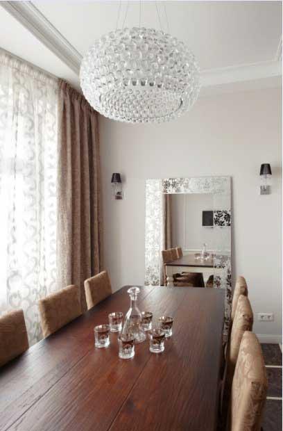 Большой обеденный деревянный стол. Кофейные шторы и зеркало в классическом стиле