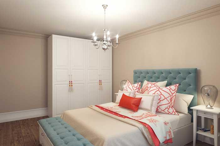Белый шкаф из IKEA  в дизайне небольшой спальни в трехкомнатной квартире