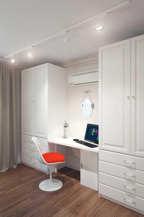 Рабочая зона в интерьере маленькой гостиной в трехкомнатной квартире