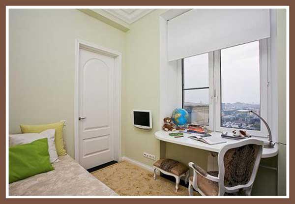 Письменный стол подоконник в комнате. Идея оформления