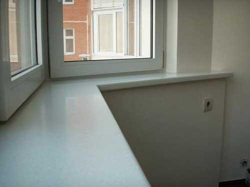 Пластиковый подоконник на балконе фото