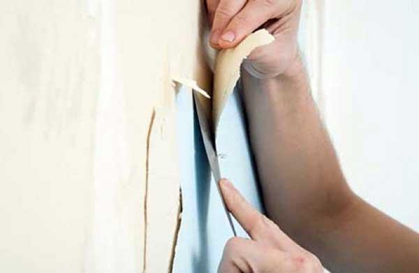 Первый этап ремонта - удаляем старые обои со стен