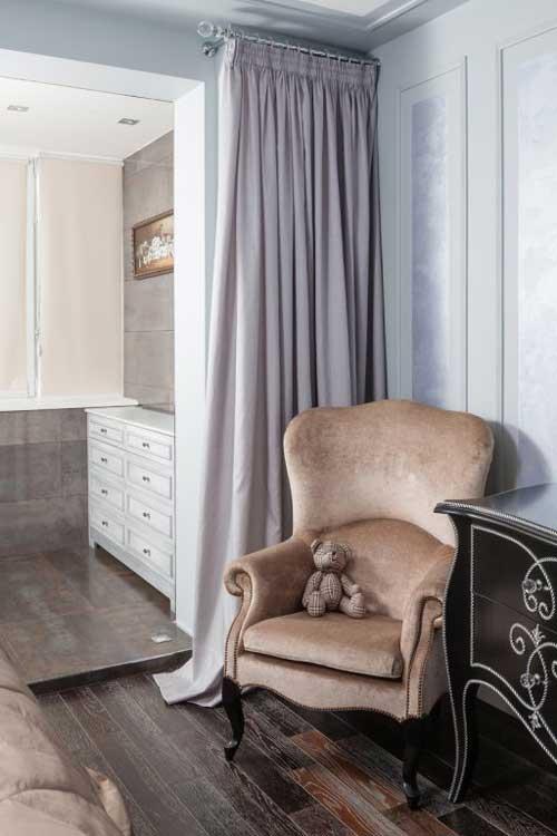 Кресло кремового цвета в интерьере небольшой спальни для молодоженов