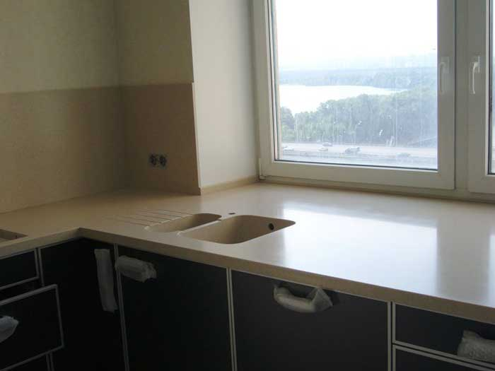 Расширение пространства с помощью подоконника столешницы на кухне