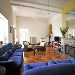 Синий диван в гостиной
