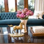 Гостиная в стиле модерн с синим диваном
