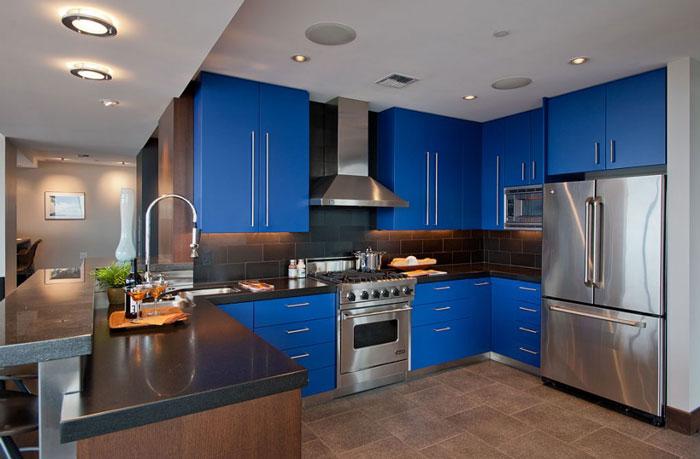 Кухня после ремонта в синем цвете в стиле хай-тек