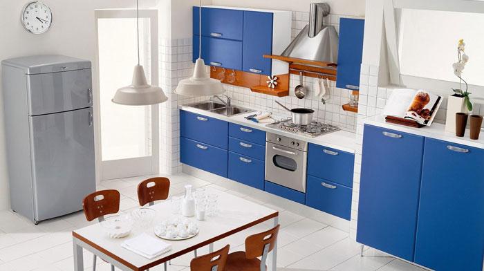 Интерьер синей кухни с обеденной зоной. Комбинирование цветов