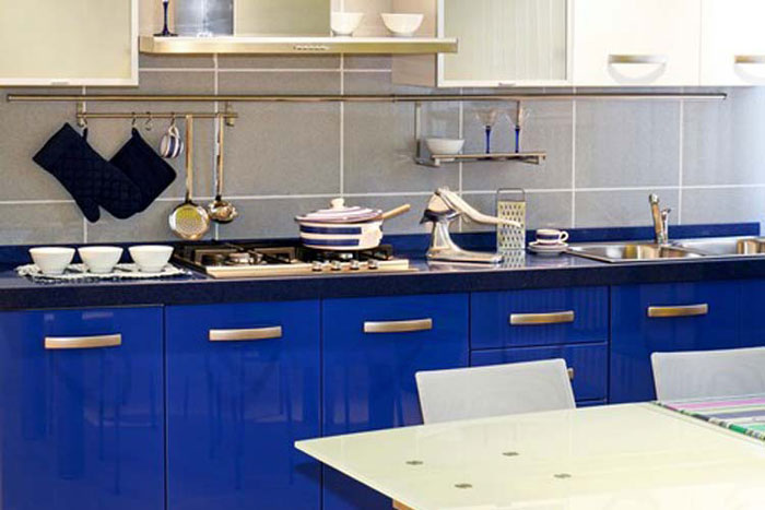 Синие шкафы на маленькой кухне