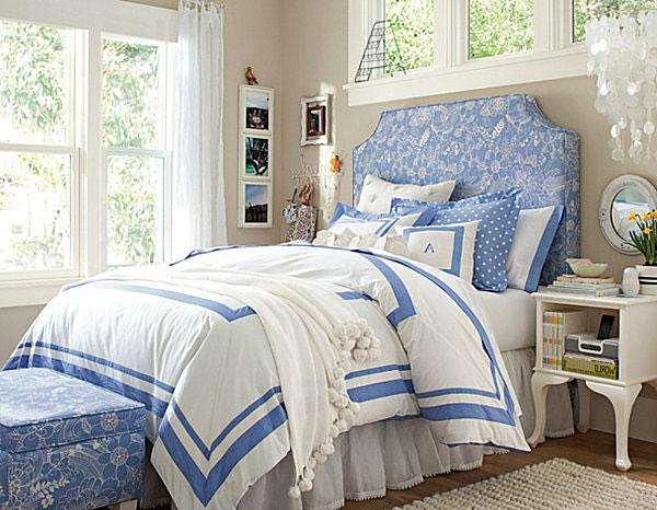Синяя кровать в детской