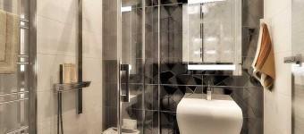 Белая ванная с черной плиткой на полу. Фото 6