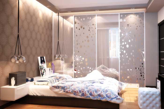Спальня с подсветкой в гипсокартонном потолке. Большой шкаф купе