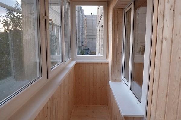 Отделка балкона вагонкой. Фото