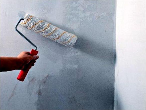 Нужно ли грунтовать стены под обои?