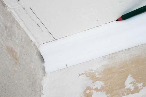 Как отрезать потолочный плинтус. Фото 3