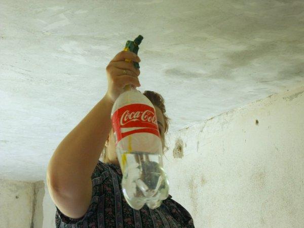 Бутылка с распылителем для очистки потолка от побелки