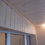 Отделка балкона деревянной вагонкой. Фото