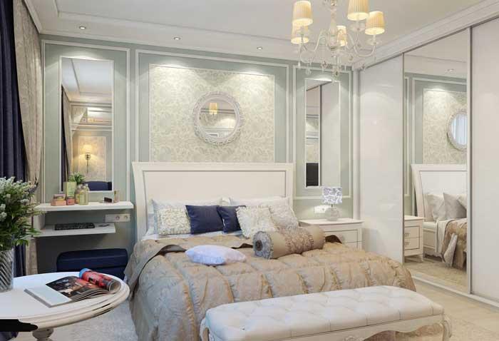 Большая белая кровать в классическом стиле в спальне. Фото 10