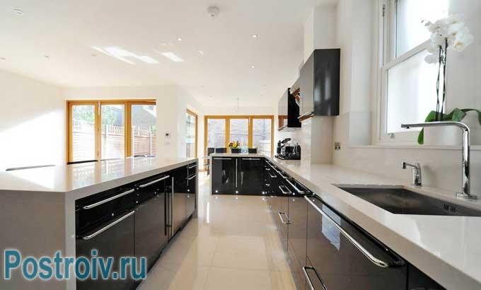 Светлая кухня с большим окном. Можно делать черные глянцевые фасады
