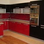 Угловая красно-черная кухня. Фото 16
