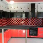 Угловая красно-черная кухня. Фото 14