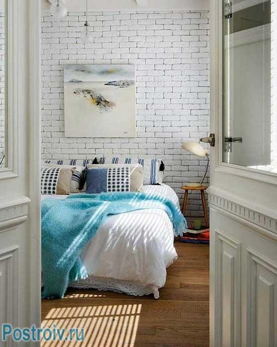 Спальня в стиле прованс с кирпичной стеной