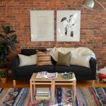 Декоративная кирпичная стена в гостиной