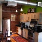 Кирпичная стена в интерьере кухни. Фото