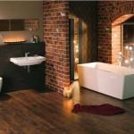 Кирпичная стена в интерьере ванной. Фото