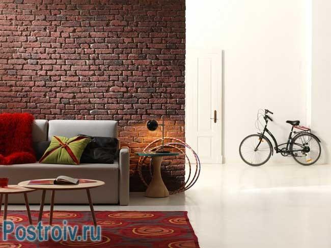 Сочетание кирпичной стены и белого цвета в интерьере. Фото