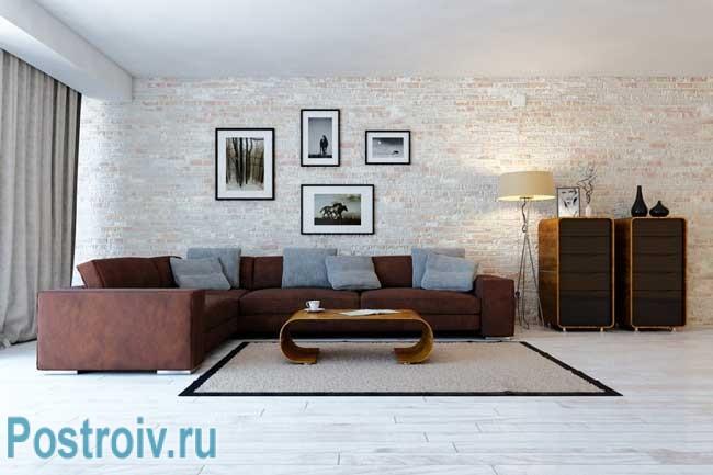 Современная гостиная с кирпичной стеной. Фото