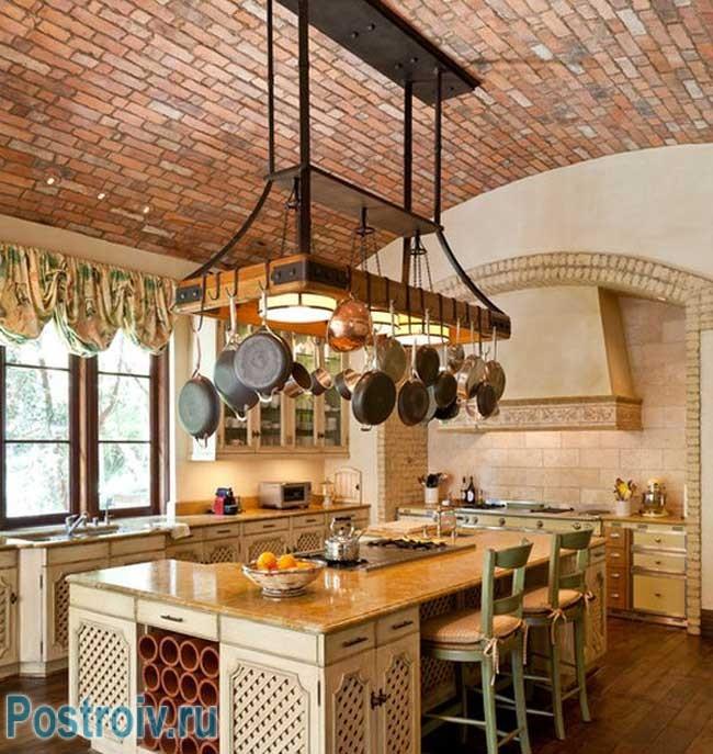 Сводчатый потолок на кухне, отделанный декоративным кирпичом. Фото