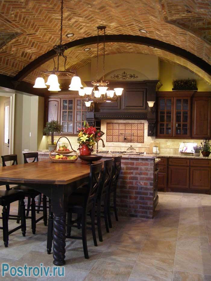 Сводчатый потолок, отделанный декоративным кирпичом. Фото