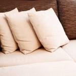 Белый подушки на коричневом диване. Фото 12