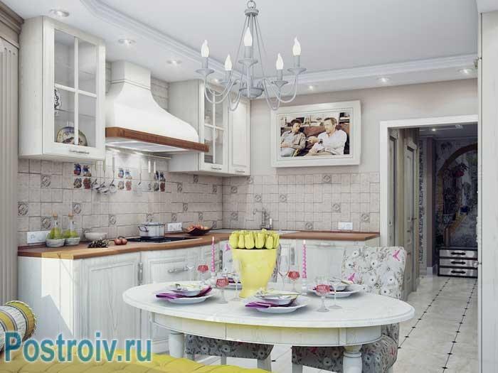 Угловая кухня светлая в двухкомнатной квартире. Овальный обеденный стол