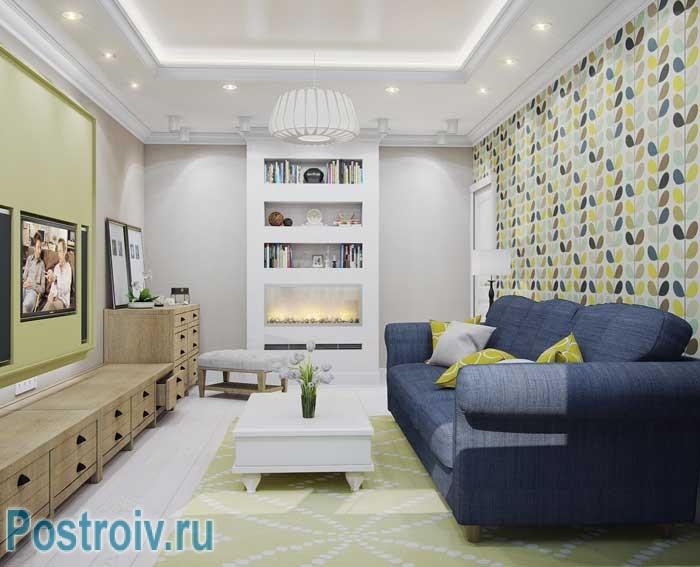 Двухуровневый потолок в интерьере гостиной. Синий диван в гостиной