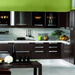 Дизайн темной кухни венге с белой столешницей. Фото 4