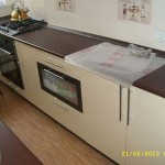 Столешница венге на светлой кухне. Фото 26