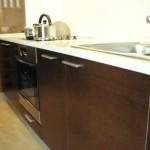 Белая столешница на кухне венге. Фото 27