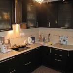 Черная угловая кухня цвета венге. Фото 3