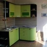 Маленькая угловая кухня венге с зеленым. Фото 18